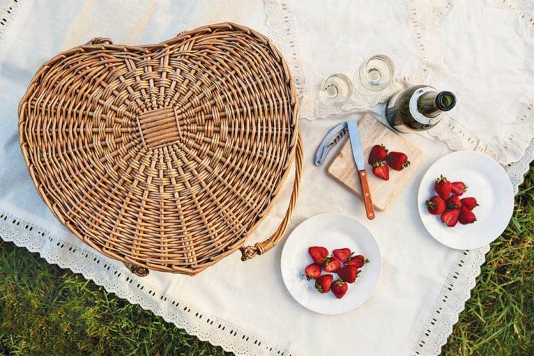 heart basket with wine and strawberries